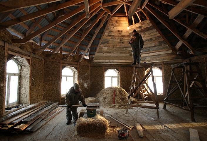 Budowa domu ze słomy. Kraj Ałtajski
