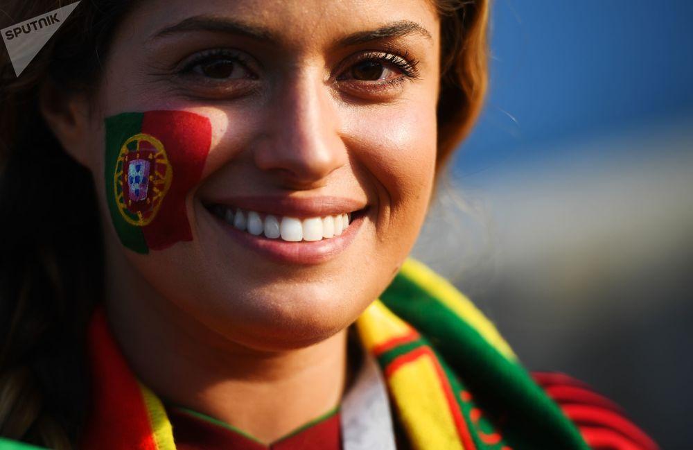 Kibicka z Portugalii przed meczem Portugalia - Hiszpania