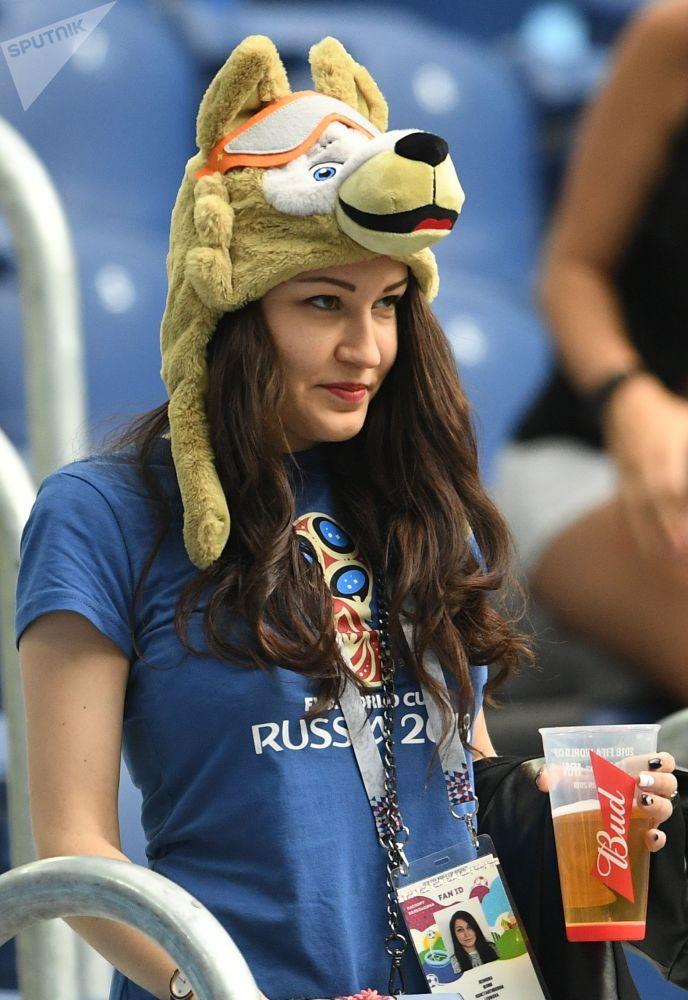 Rosyjska kibicka w czapce z maskotką MŚ 2018 wilkiem Zabiwaką