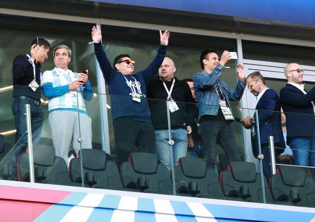 Diego Maradona na meczu Argentyna-Islandia