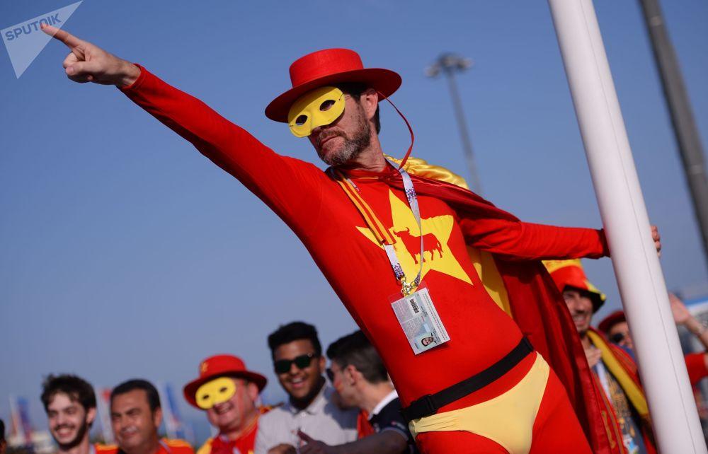Hiszpański kibic przd meczem Portugalia-Hiszpania