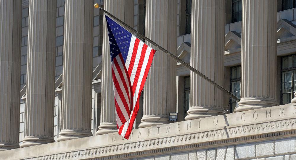Flaga państwowa USA na budynku Departamentu Handlu w Waszyngtonie