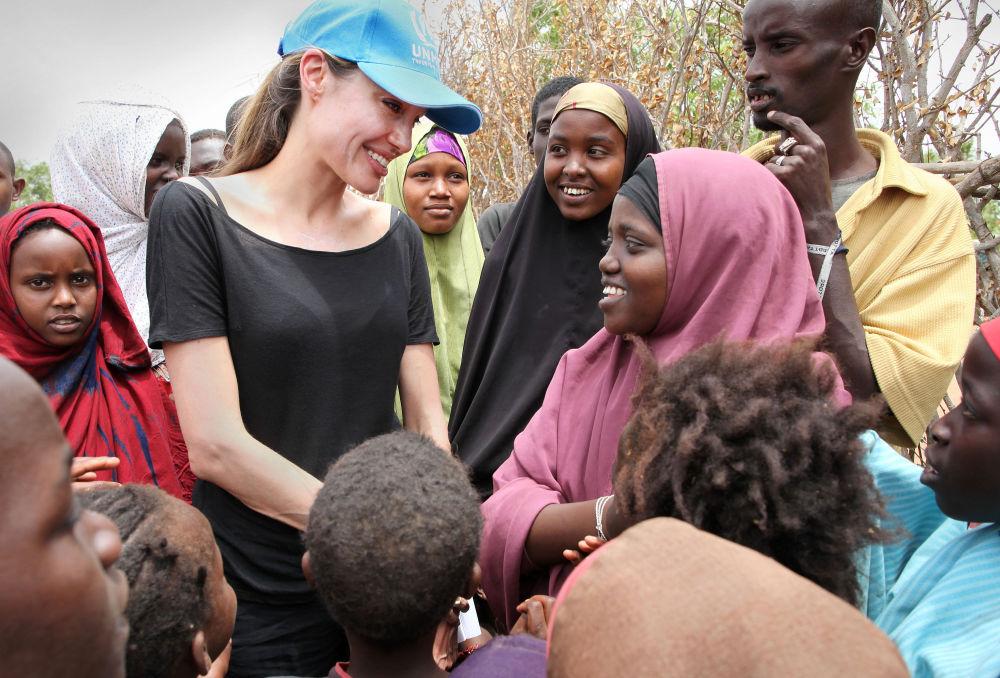 Angelina Jolie z somalijskimi uchodźcami na granicy Kenii i Somalii, 2009 r.