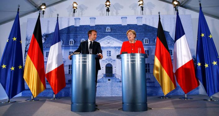Prezydent Francji Emmanuel Macron i kanclerz Niemiec Angela Merkel na konferencji prasowej podsumowującej wyniki rozmów w niemieckiej rezydencji rządowej Meseberg
