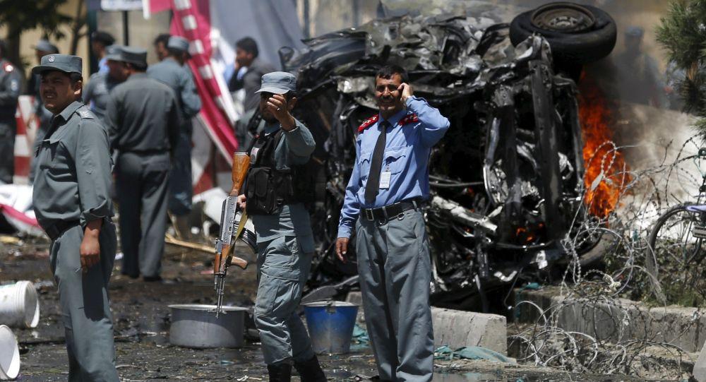 Policjanci na miejscu wybuchu samochodu niedaleko lotniska. Kabul, Afganistan