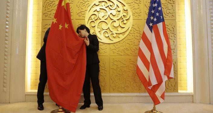 Flagi Chin i USA przed spotkaniem ministrów transportu tych krajów w Pekinie, Chiny