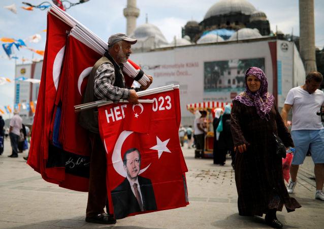 Stambuł, uliczny sprzedawca handluje flagami z wizerunkiem Erdogana