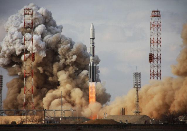"Start rakiety ""Proton-M"" z satelitą Intelsat-22 z kosmodromu Bajkonur"