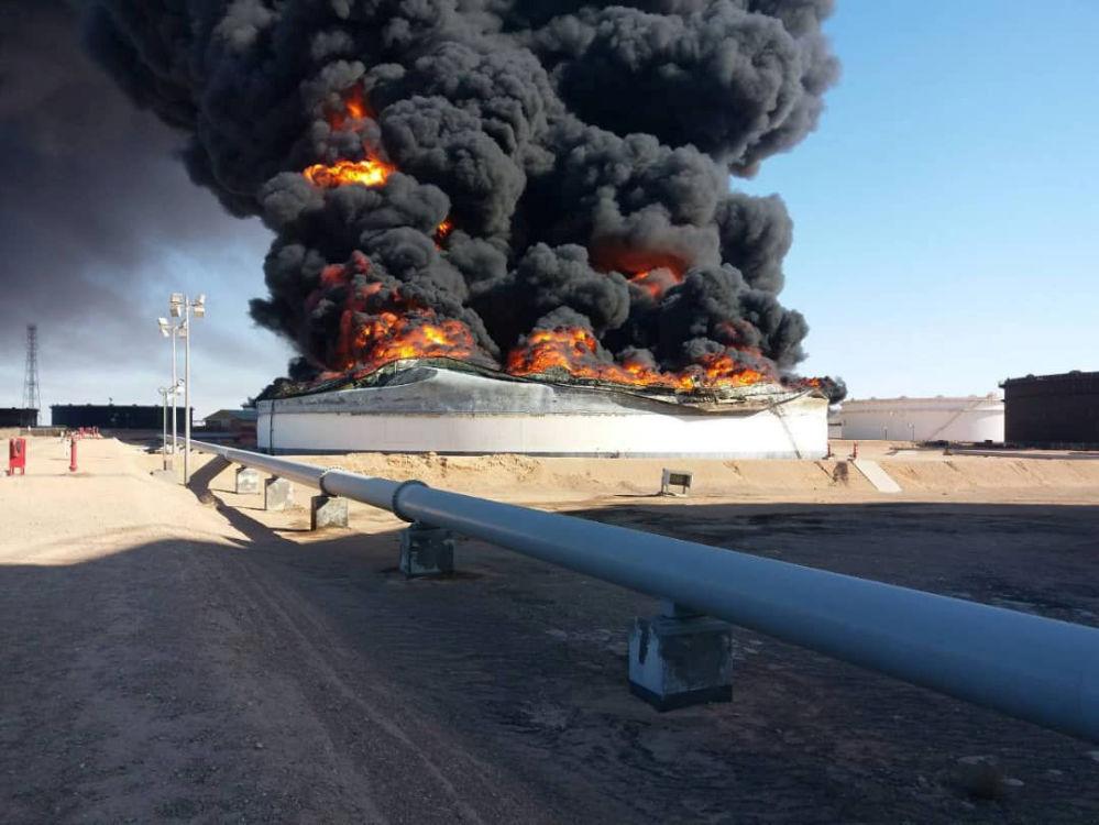 Płonący zbiornik ropy naftowej na terminalu Ras Lanuf w Libii