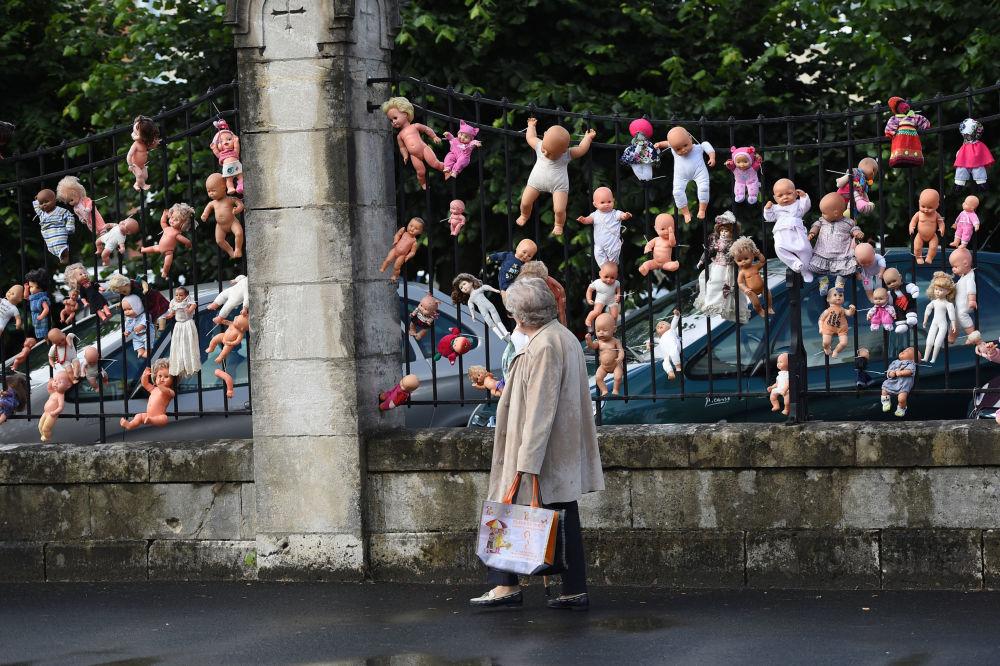 Lalki na płocie we francuskim mieście Vierzon jako symbol protestu przeciwko redukcjom personelu na oddziale położniczym