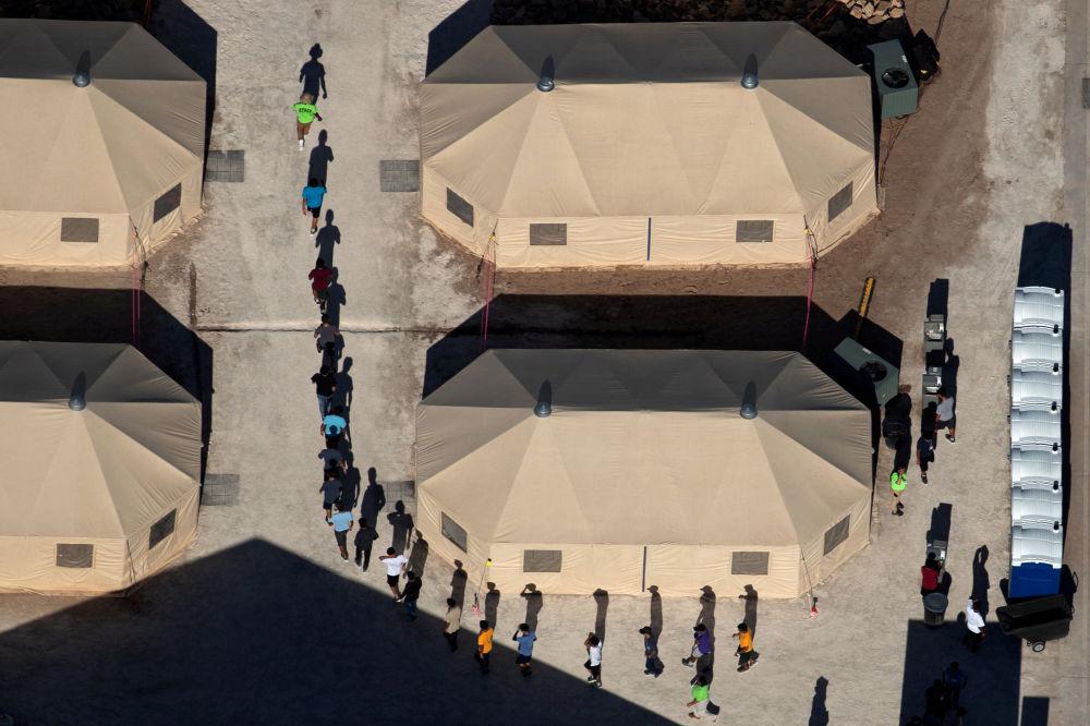 Dzieci imigrantów oddzielone od rodziców w obozie namiotowym na granicy z Meksykiem, stan Teksas