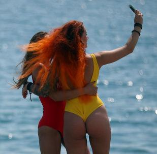 Dziewczyny robią selfie na plaży w Soczi