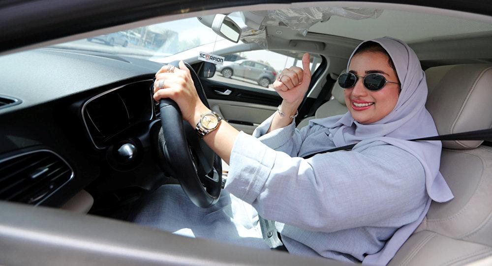 W nocy z soboty na niedzielę wszedł w życie dekret króla Salmana, który zezwala Saudyjkom na prowadzenie samochodów