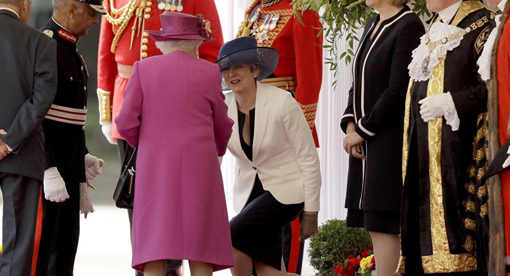 Internauci krytykują dziwną manierę dygania premier Wielkiej Brytanii Theresy May.