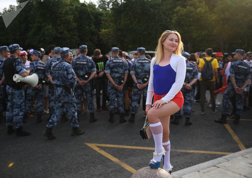 Kibicka rosyjskiej reprezentacji przed meczem Urugwaj-Rosja w Moskwie