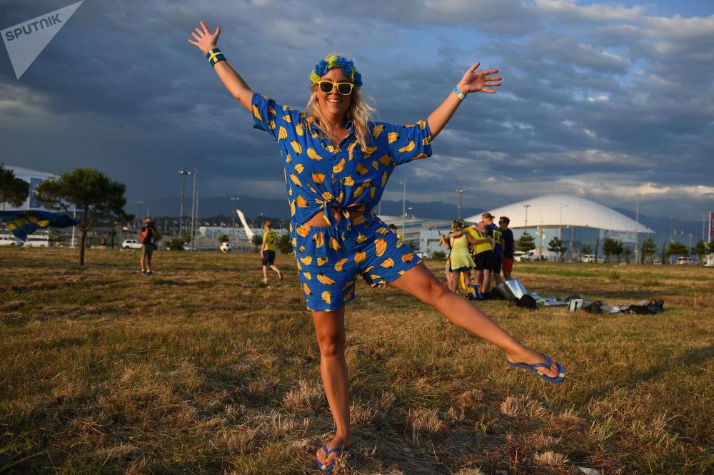 Kibicka ze Szwecji świętuje Midsommar w Soczi