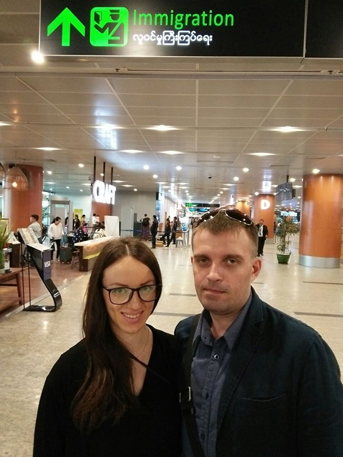 Siergiej Sanowski z żoną Tatianą na lotnisku w Bangkoku
