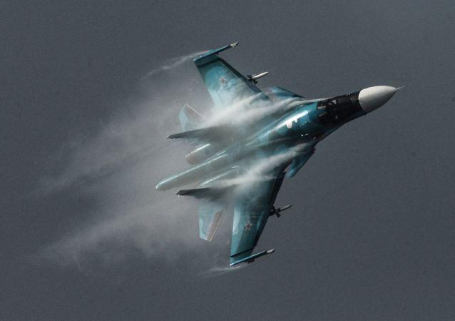 Samolot Su-34 podczas Międzynarodowego Salonu Lotniczo-Kosmicznego MAKS 2015