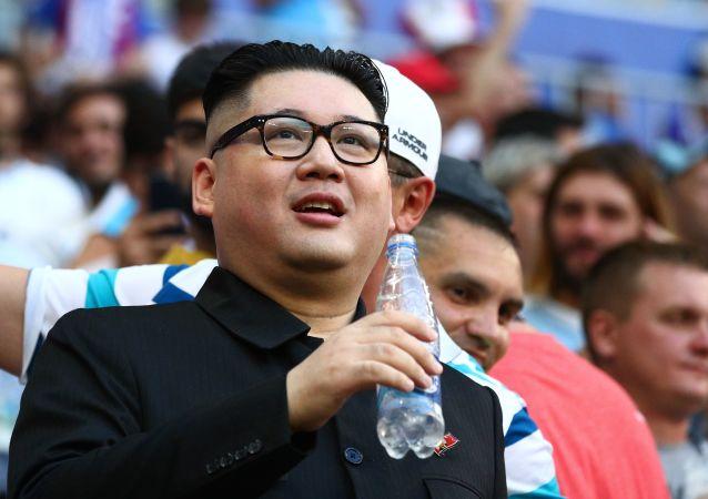 Sobowtór Kim Dzong Una podczas meczu MŚ 2018 między Urugwajem i Rosją