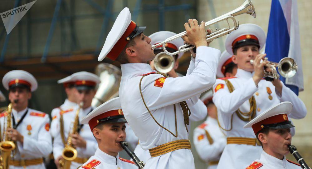 Absolwenci uczelni wojskowych, Plac Czerwony