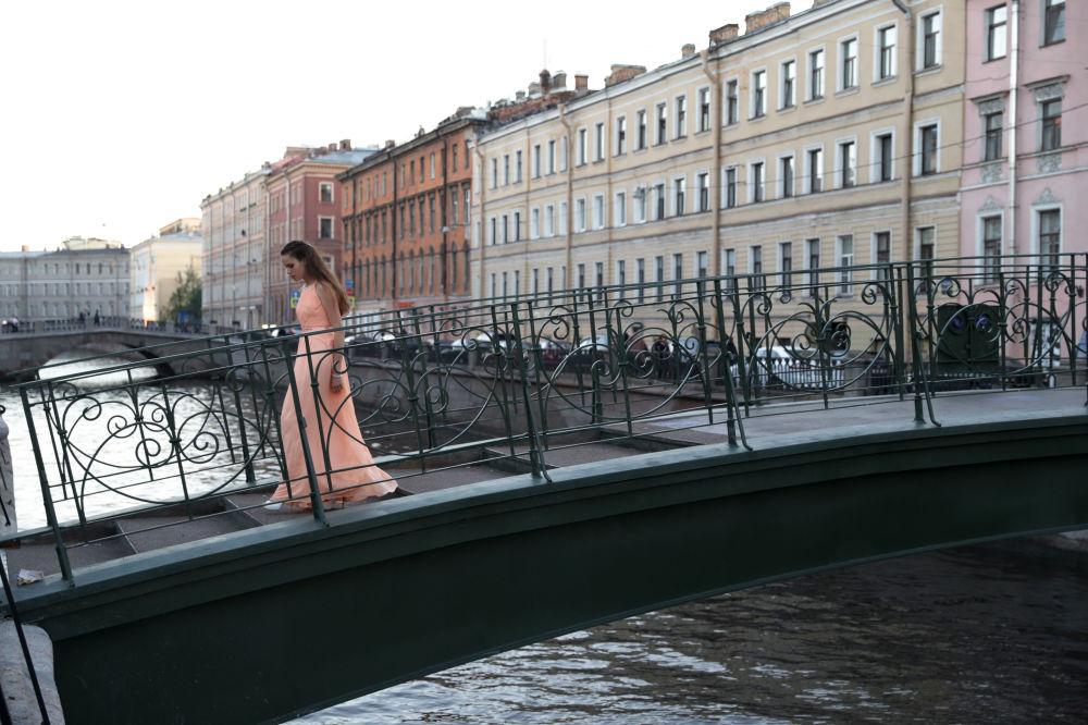 Dziewczyna w długiej sukni w Petersburgu