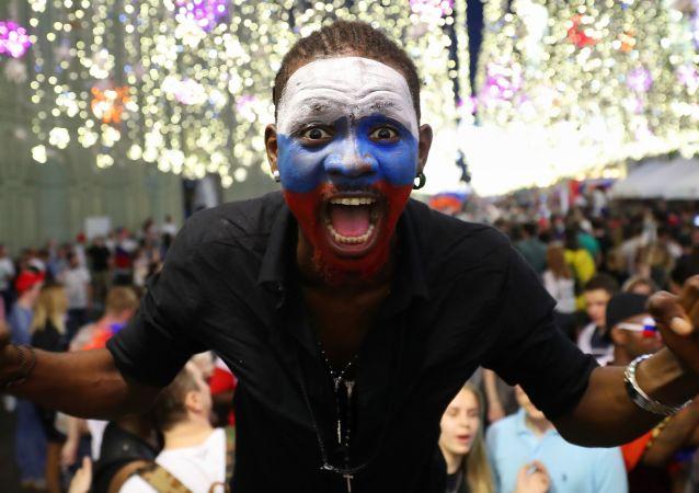 Kibice świętują zwycięstwo Rosji nad reprezentacją Hiszpanii