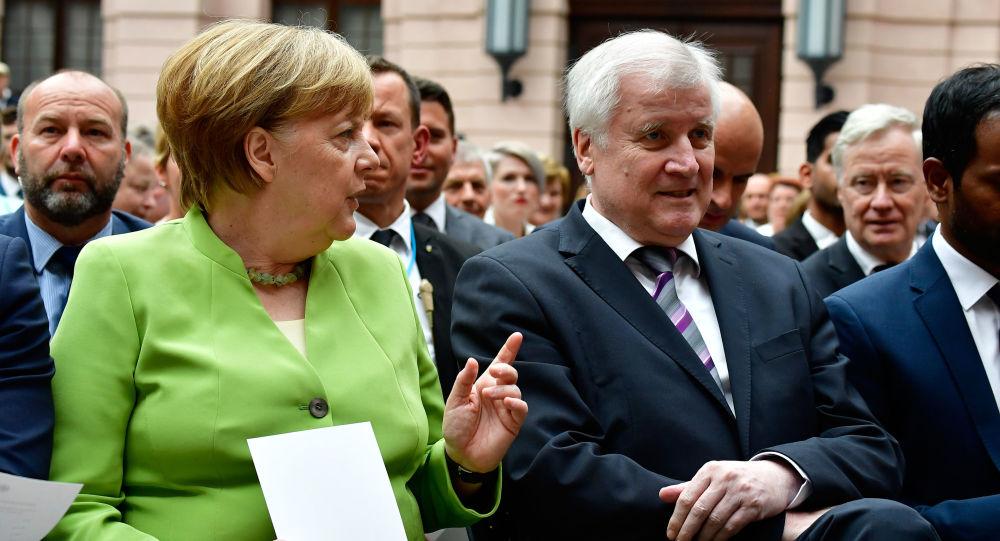Kanclerz Niemiec Angela Merkel i minister spraw wewnętrznych Niemiec Horst Seehofer podczas Światowego Dnia Uchodźcy w Berlinie