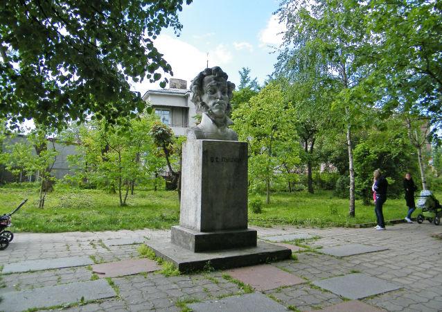 Памятник Пушкину в Золочеве Львовской области