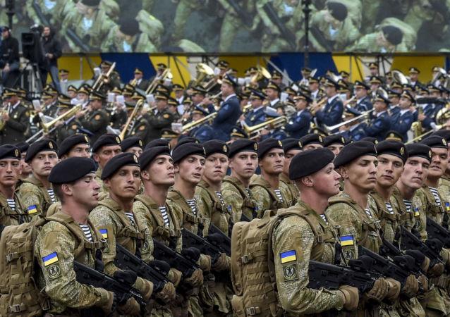 Żołnierze Sił Zbrojnych Ukrainy biorą udział w paradzie wojskowej