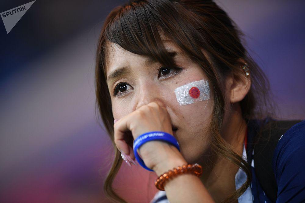 Smutna japońska kibicka po przegranej z Belgią