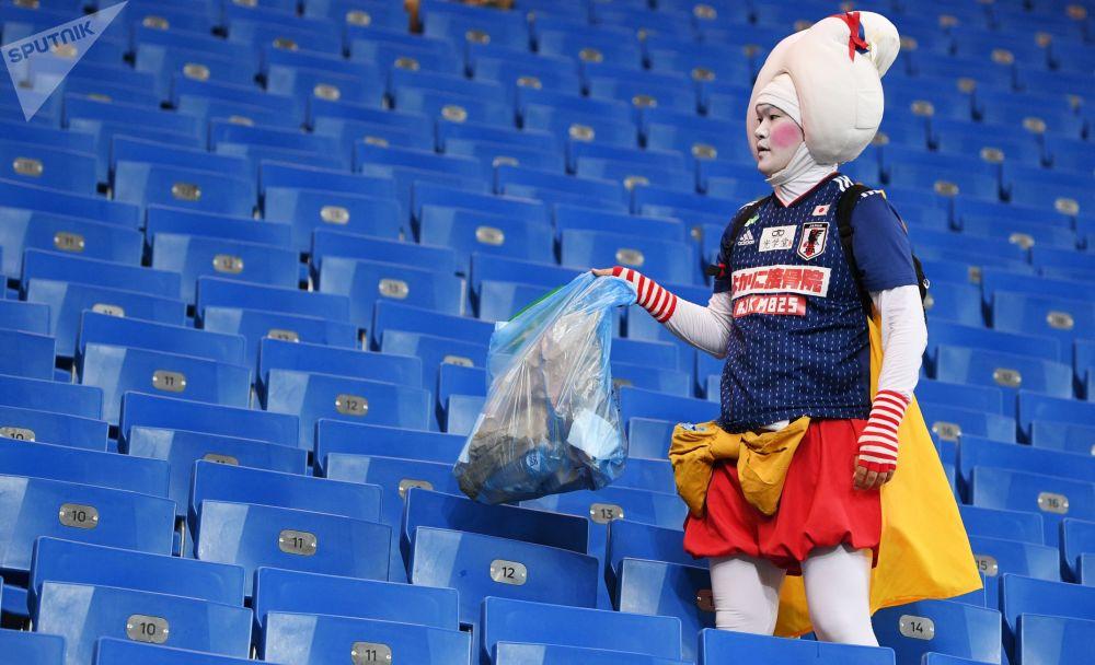 Japoński kibic sprząta stadion po meczu Japonia - Belgia