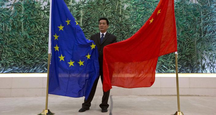 Flagi UE i Chin w Pekinie