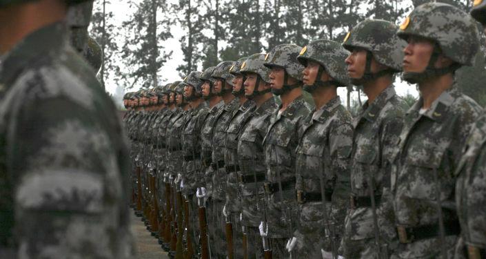 Żołnierze chińskiej armii na ćwiczeniach wojskowych