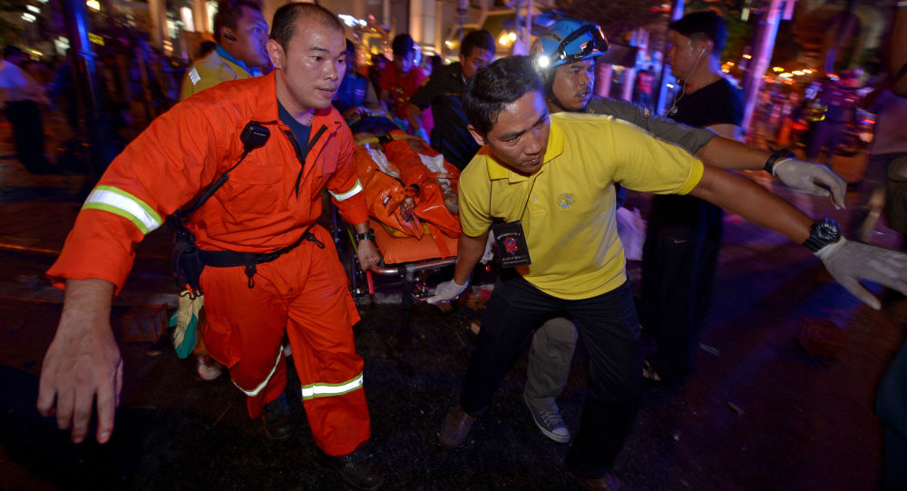 Ewakuacja poszkodowanych po potężnym wybuchu w pobliżu świątyni Eravan w centralnej dzielnicy Bangkoku