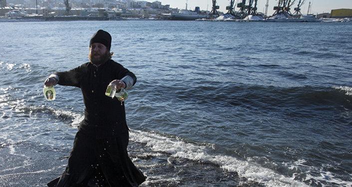 Kapłan prawosławny ze święconą wodą