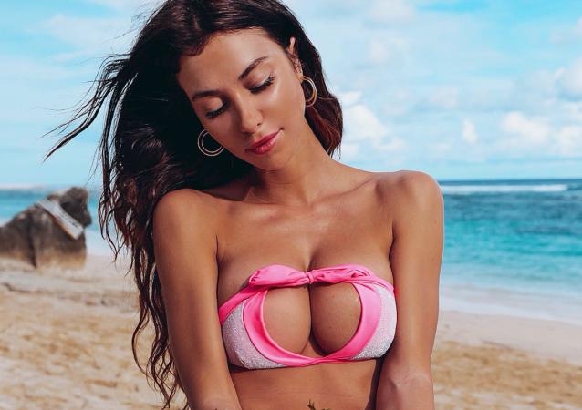 Blogerka Valentina Fradegrada w odwróconym bikini