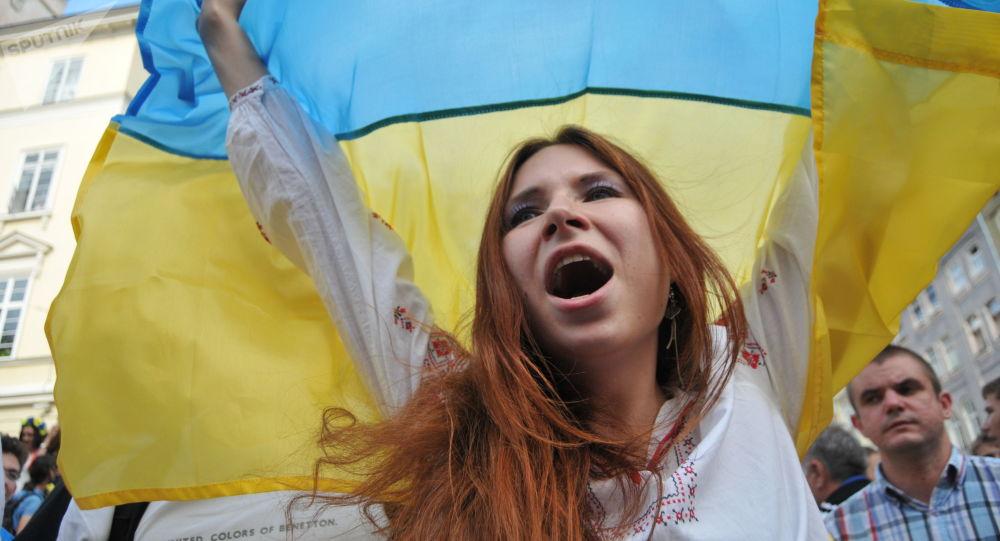 Dziewczyna z flagą Ukrainy