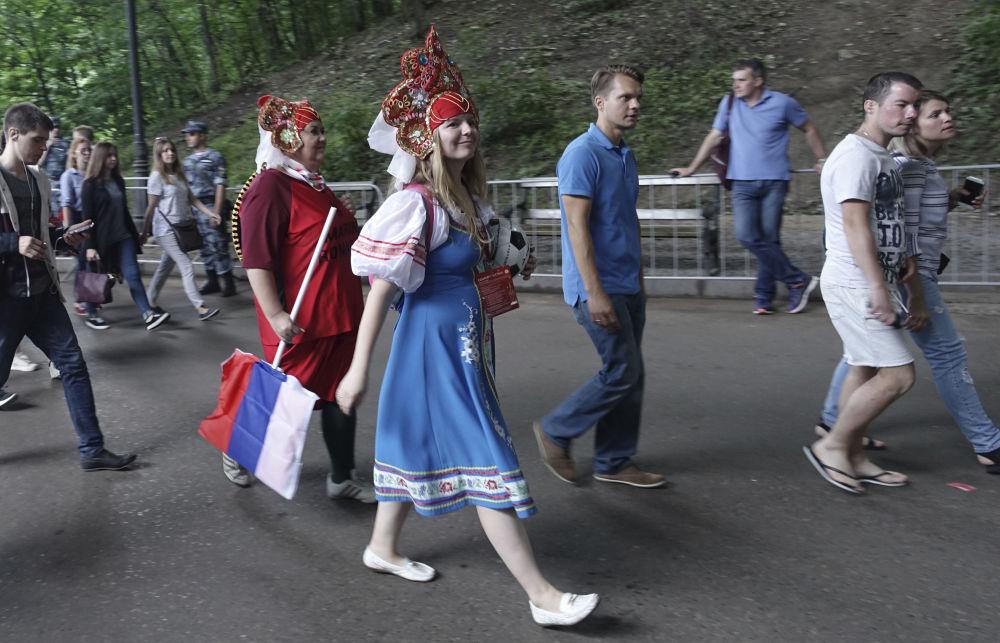 Kibice przybywają na mecz Rosja - Hiszpania