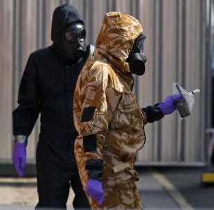 Śledczy w maskach gazowych w Amesbury