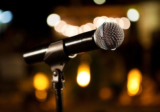 Mikrofon na statywie