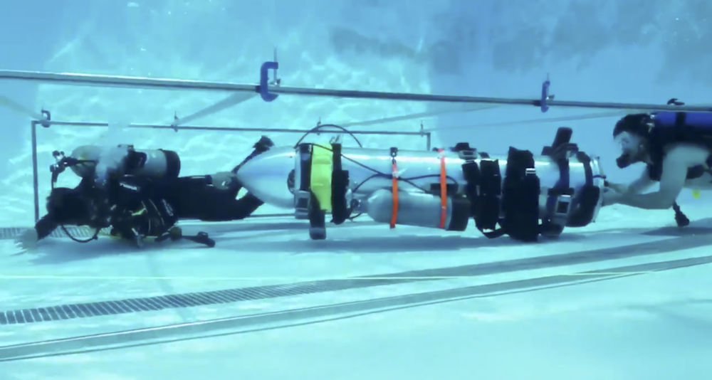 Testowanie mini łodzi podwodnej Elona Muska w basenie