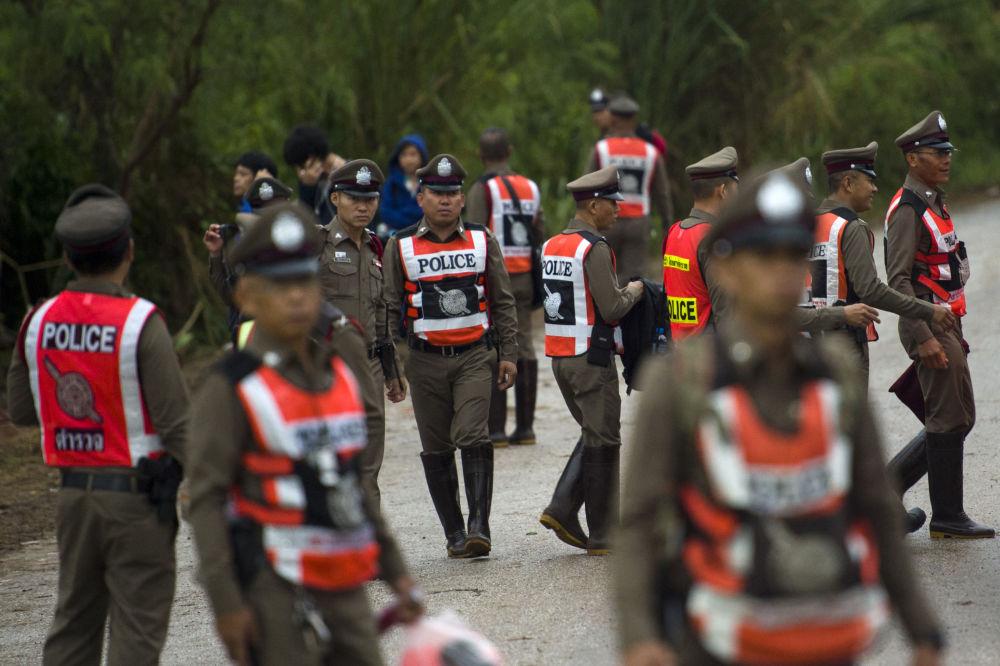 Tajlandzka policja na miejscu operacji ratowania dzieci z jaskini w Tajlandii