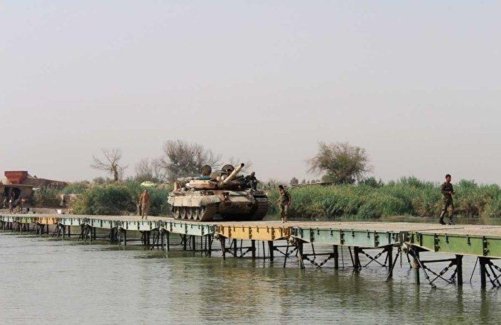 Tymczasowa przeprawa przez rzekę Eufrat w pobliżu miejscowości Ireya w Syryjskiej Republice Arabskiej.