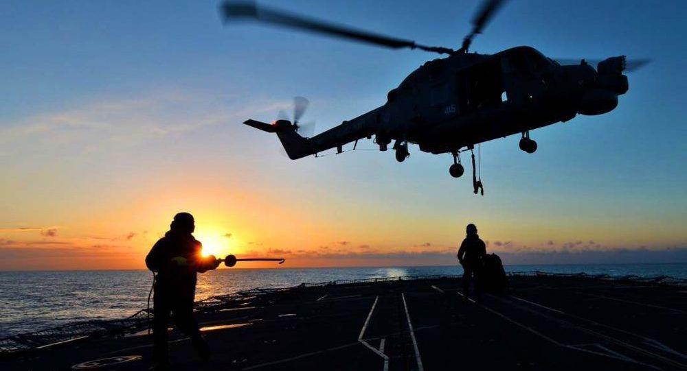 Śmigłowiec Mk8 Lynx ląduje na pokładzie fregaty HMS Monmouth Królewskiej Floty Morskiej Wielkiej Brytanii