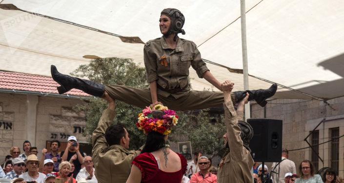 Artyści w trakcie występu z okazji Dnia Zwycięstwa w Jerozolimie