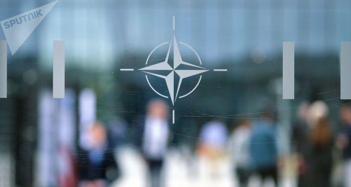 Emblemat NATO w Brukseli