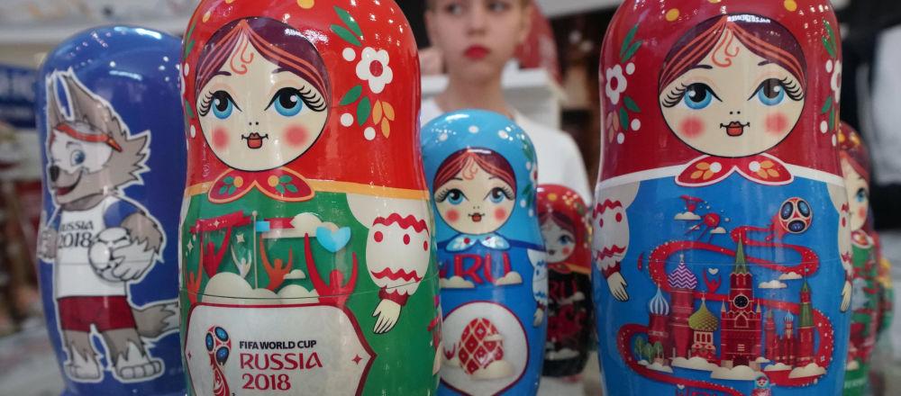 Matrioszki w oficjalnym sklepie z pamiątkami i atrybutami związanymi z mistrzostwami świata w piłce nożnej 2018 w Kaliningradzie