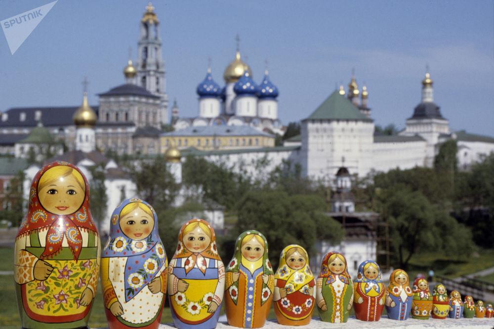 Rosyjskie matrioszki sfotografowane na tle Ławry Troicko-Siergijewskiej