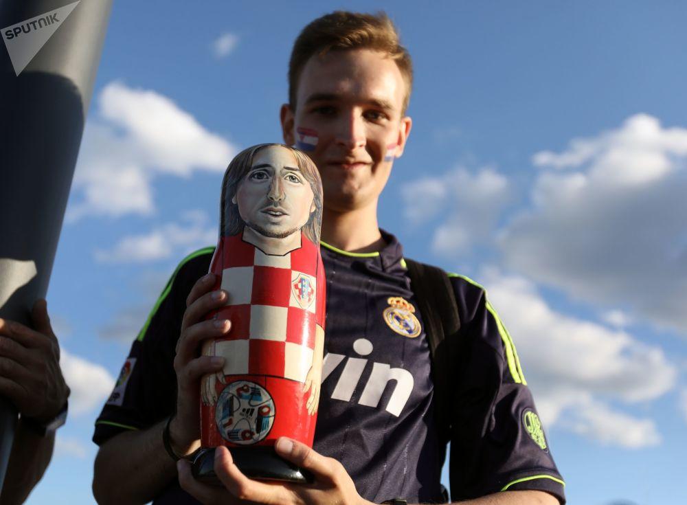 Kibic reprezentacji Chorwacji z matrioszką w postaci gracza reprezentacji Chorwacji Luka Modricia