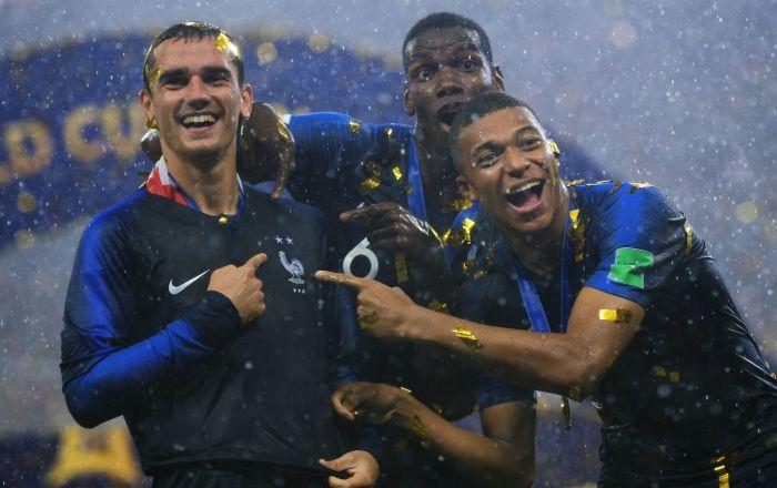 Francuscy piłkarze Antoine Griezmann, Paul Pogba i Kylian Mbappé